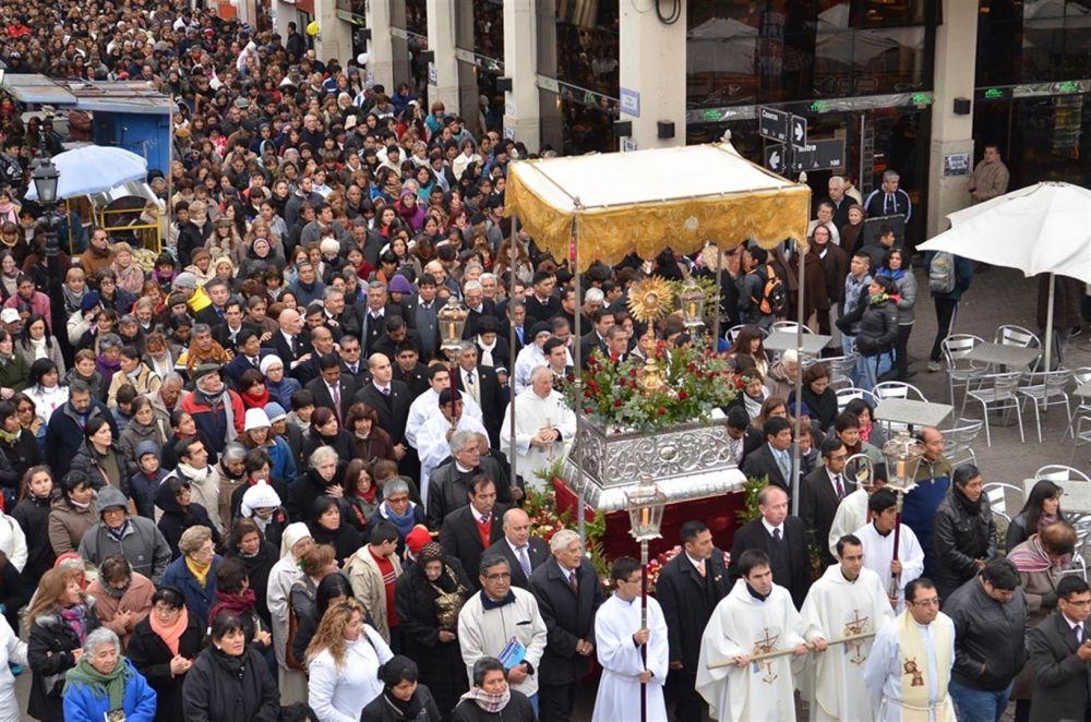 Urtubey compartió junto a cientos de fieles cristianos la festividad de Corpus Christi