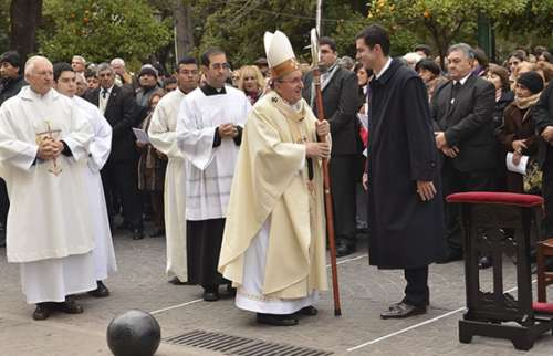 Urtubey participó junto a cientos de fieles en la celebración de Corpus Christi