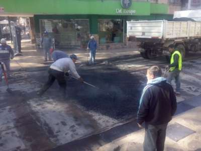 Continúan los trabajos de repavimentación de la calle Córdoba.