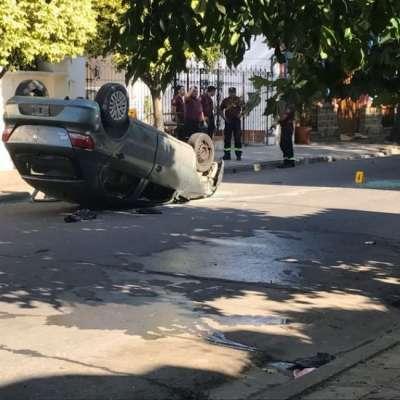 Un auto chocó contra una camioneta estacionada, volcó y el conductor esta grave