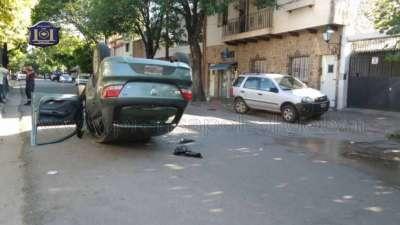 Bomberos de la Policía rescató a un joven que quedó atrapado en un auto