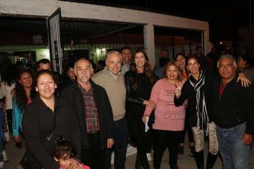 Bettina Romero y Matías Cánepa con vecinos de San Ignacio