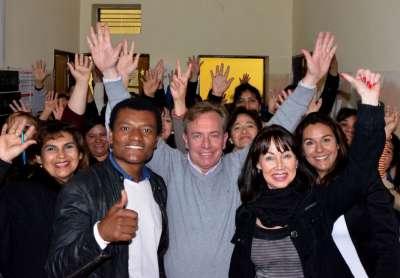 Mario Moreno y David Leiva con mujeres de Juana Azurduy