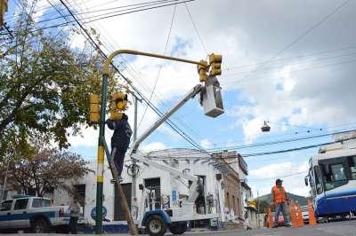 Tránsito trabaja sin pausa en el recambio de lámparas de semáforos